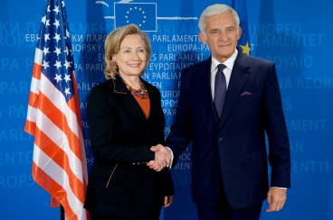 Aquí ya es Secretaría de Estado, saluda con un apretón de manos ¿Os imagináis que diera dos besos?