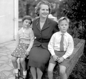 Margaret Thatcher con sus hijos. Fuente: www.dailymail.co