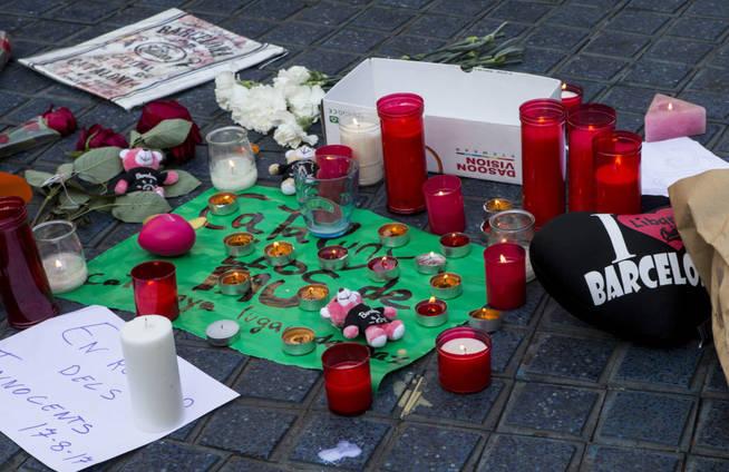 gra038-barcelona-18-08-2017-varias-transeuntes-han-empezado-a-depositar-mensajes-y-velas-en-el-mosaico-de-miro-en-las-ramblas-de-barcelona-despues-del-atentado-ocurrido-ayer-por-la-tarde